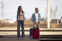 Jeunes couples attendant le train Images stock