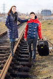 Jeunes couples attendant le train Photos stock