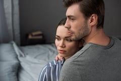 Jeunes couples attrayants étreignant dans la chambre à coucher photos libres de droits