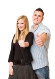 Jeunes couples attrayants affichant des pouces vers le haut. Photos stock