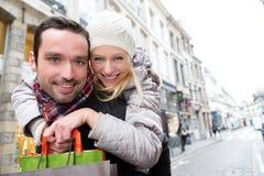 Jeunes couples attrayants ayant l'amusement tout en faisant des emplettes Image libre de droits