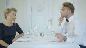 Jeunes couples attrayants ayant un temps gentil au restaurant banque de vidéos