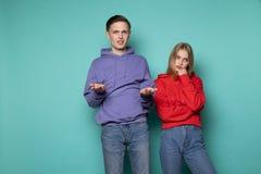 Jeunes couples attrayants dans des v?tements sport se tenant daspleased apr?s querelle photographie stock