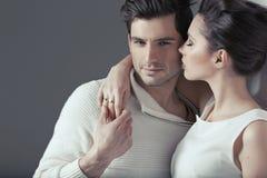 Jeunes couples attrayants dans l'étreinte sensuelle image stock