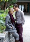 Jeunes couples attrayants dans l'amour photos libres de droits