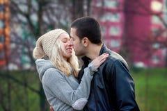 Jeunes couples attrayants dans l'amour, adolescents ayant l'amusement dehors, Photos stock