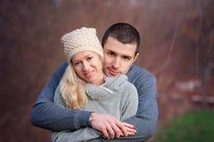 Jeunes couples attrayants dans l'amour, adolescents ayant l'amusement dehors, Images libres de droits