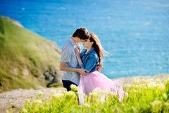 Jeunes couples attrayants dans l'amour, extérieur photographie stock libre de droits