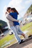 Jeunes couples attrayants dans l'amour, histoire d'amour Images libres de droits