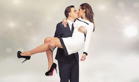 Jeunes couples attrayants dans la pose de baiser Photos stock