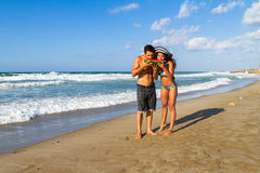 Jeunes couples attrayants dans le bikini et shorts à Photographie stock libre de droits