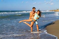 Jeunes couples attrayants dans le bikini et shorts à Photo libre de droits