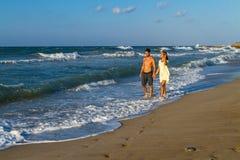 Jeunes couples attrayants dans le tenue de plage à la plage Photographie stock libre de droits
