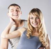 Jeunes couples attrayants de sourire heureux ensemble Photos stock
