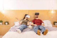 Jeunes couples attrayants discutant des occasions de VR Photos stock