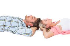 Jeunes couples attrayants dormant paisiblement Photographie stock