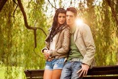 Jeunes couples attrayants en parc Photo libre de droits