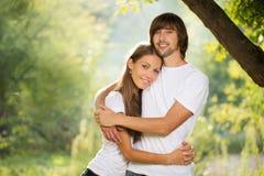 Jeunes couples attrayants ensemble à l'extérieur Image stock