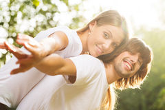 Jeunes couples attrayants ensemble à l'extérieur Photo stock
