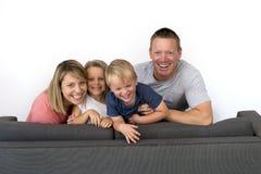 Jeunes couples attrayants et heureux posant reposant à la maison le sofa Co Photos libres de droits