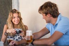 Jeunes couples attrayants flirtant Photo stock