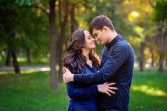 Jeunes couples attrayants gais de sourire heureux Image stock
