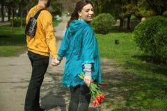Jeunes couples attrayants heureux marchant ensemble, dehors image libre de droits