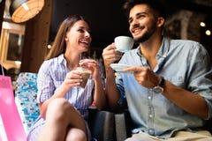 Jeunes couples attrayants la date dans le café photos stock