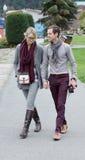 Jeunes couples attrayants marchant tenant des mains image libre de droits