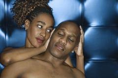 Jeunes couples attrayants partageant un moment tendre Photos stock
