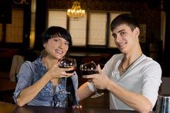Jeunes couples attrayants posant à la barre images libres de droits