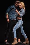 Jeunes couples attrayants posant pour l'appareil-photo Photos stock