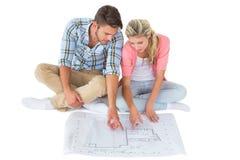 Jeunes couples attrayants se reposant regardant le modèle Photo stock