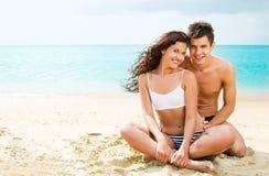 Jeunes couples attrayants sur la plage Image libre de droits