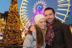 Jeunes couples attrayants sur un marché de Noël Photographie stock libre de droits