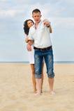 Jeunes couples attrayants sur une plage image libre de droits
