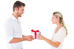 Jeunes couples attrayants tenant un cadeau Image stock