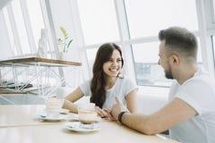 Jeunes couples attrayants une date dans un café Photographie stock libre de droits