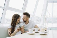 Jeunes couples attrayants une date dans un café Image stock