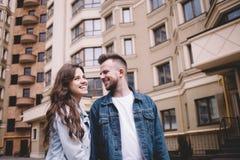 Jeunes couples attrayants une date en parc Image libre de droits