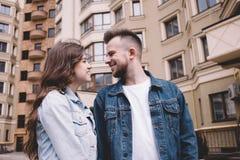 Jeunes couples attrayants une date en parc Images libres de droits