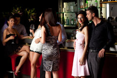 Jeunes couples au bar Photo stock