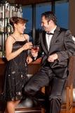 Jeunes couples au bar buvant et flirtant Photographie stock libre de droits