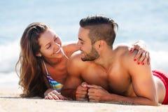 Jeunes couples au bord de mer Photos libres de droits