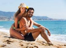 Jeunes couples au bord de mer Images libres de droits