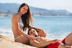 Jeunes couples au bord de mer Photo stock