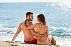 Jeunes couples au bord de mer Images stock