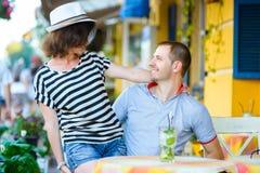 Jeunes couples au café appréciant le temps dans les vacances Photographie stock libre de droits