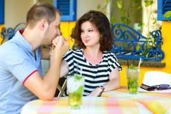 Jeunes couples au café appréciant le temps dans les vacances Photo libre de droits