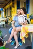 Jeunes couples au café appréciant le temps dans les vacances Images libres de droits